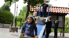 Großen Spaß bereitet dieser jungen Dame die Fahrt mit der Kistenrollbahn. Bild: Ursula Holtgrewe (Noz)