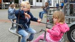 """""""Hallo Mama"""", ruft Linus, der mit Maja im Kettenkarussell einige Runden dreht. Bild: Ursula Holtgrewe (Noz)"""