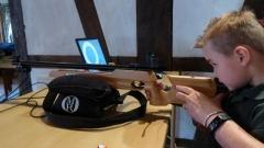 Lukas ist der erste am Infrarotgewehr im Wettbewerb um den Kinderkönigsthron. Bild: Ursula Holtgrewe (Noz)