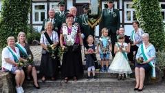 Majestätentreff von Erwachsenen und Kindern mit Fahennträgern und Präsident Horst Kröner (oben, rechts) am sonnigen Pfingstsonntag 2019 vorm Alt-Lotter Haus Hehwerth. Bild: Ursula Holtgrewe (Noz)