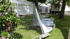 Sturmtief Iwan hatte am Samstag den Bauzaun am Biergarten zu Fall gebracht. Bild: Ursula Holtgrewe (Noz)